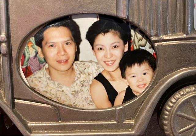 向佐晒全家福庆父亲节,抱着女儿不肯撒手,8个月小奶皇长相随爸