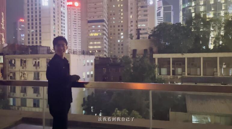 """肖战成都闲逛自带""""初恋""""滤镜 玩老年健身踏板十足接地气"""
