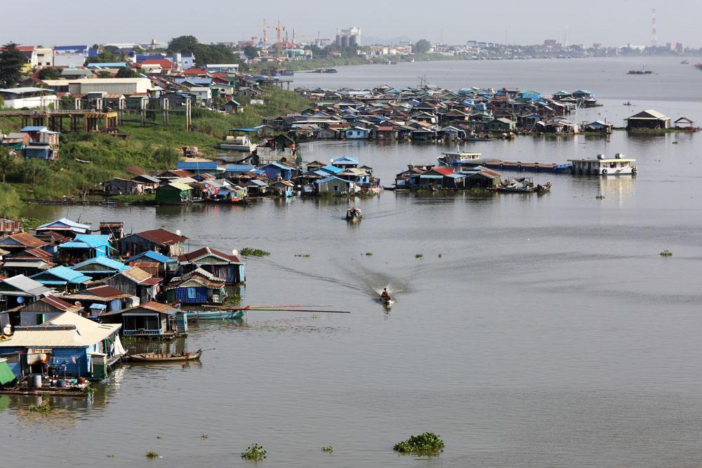 """柬埔寨金边下令拆除洞里萨河""""水上浮村"""",遭村民抗议"""