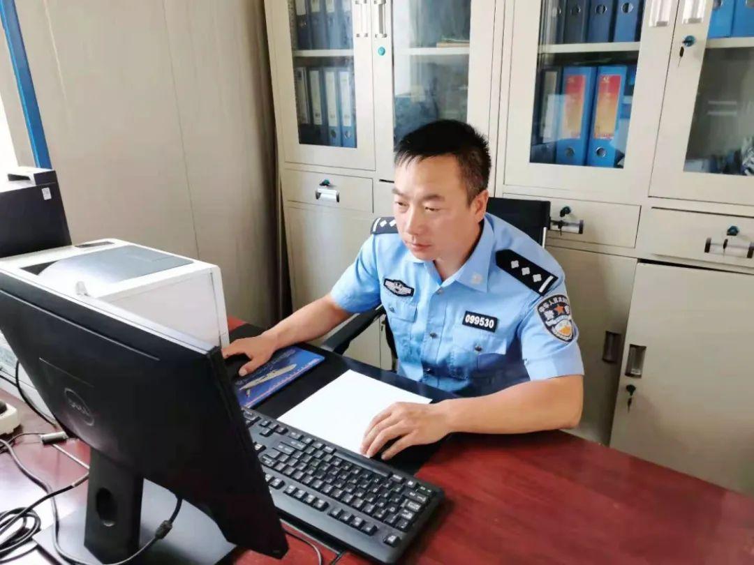 中国警察网:少年桥边失足落水 民警无畏下水施救