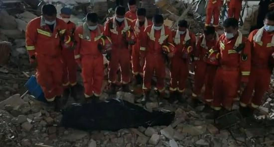 苏州坍塌酒店主辅楼连接墙体3年前已出现裂缝
