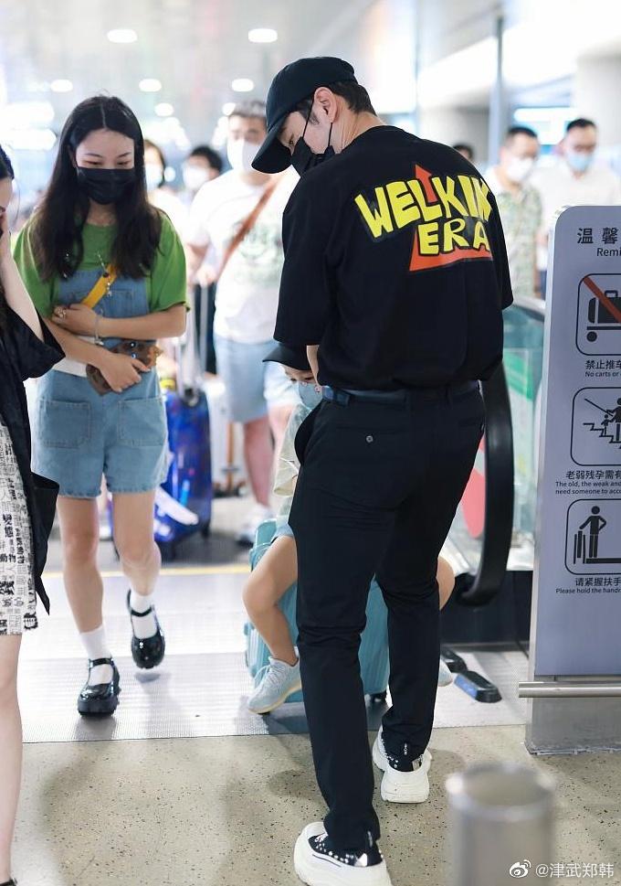 黄晓明带儿子现身机场,小海绵可爱满分,此前还被质疑没时间陪孩子