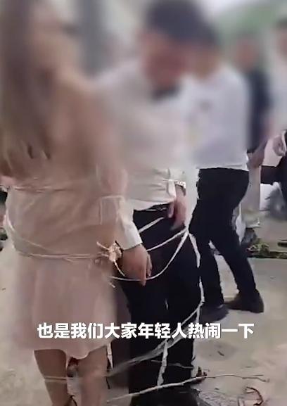 新郎和3个伴娘被绑在电线杆上整蛊,新郎:有点尴尬,但希望延续下去