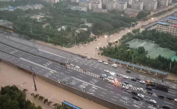 郑州暴雨24小时:瘫痪的地铁,丢失的网络和有家难回的人