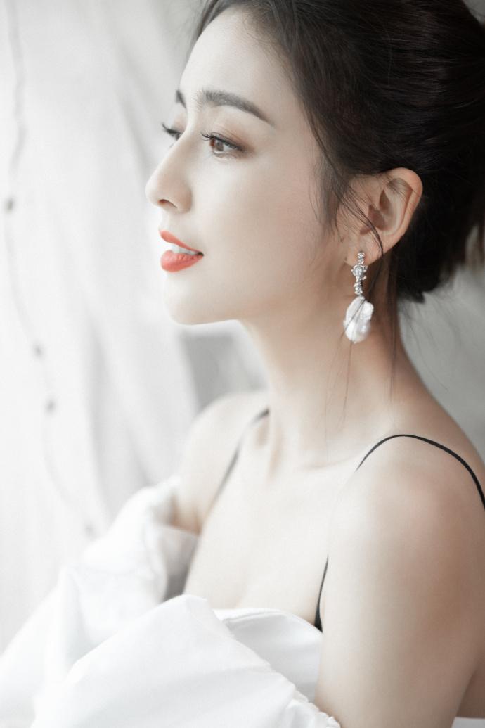 佟丽娅最新写真大片 白色蝴蝶结连衣裙简约优雅