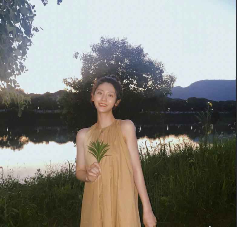 邢菲夏日清新写真曝光 素颜出镜甜美自然
