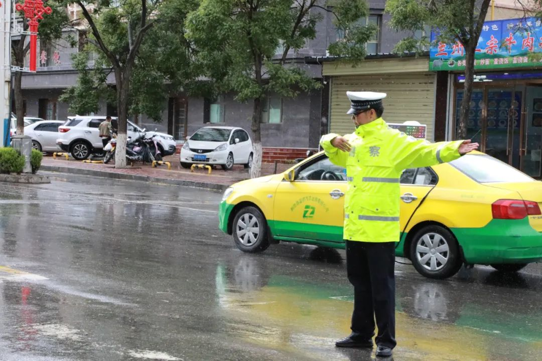 【图说警事】雨中,活跃着一抹警察蓝