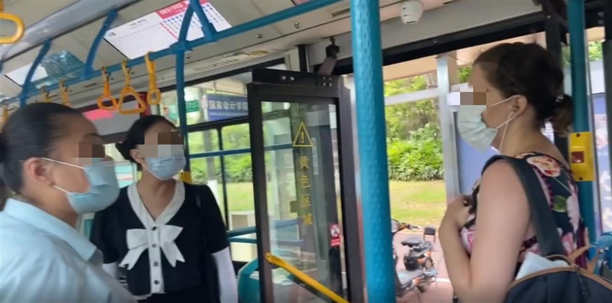"""外籍女子坐公交不戴口罩还辱骂""""中国人是垃圾"""",厦门警方介入"""