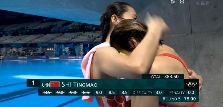 施廷懋夺得女子三米板冠军后落泪 王涵送上了爱的抱抱