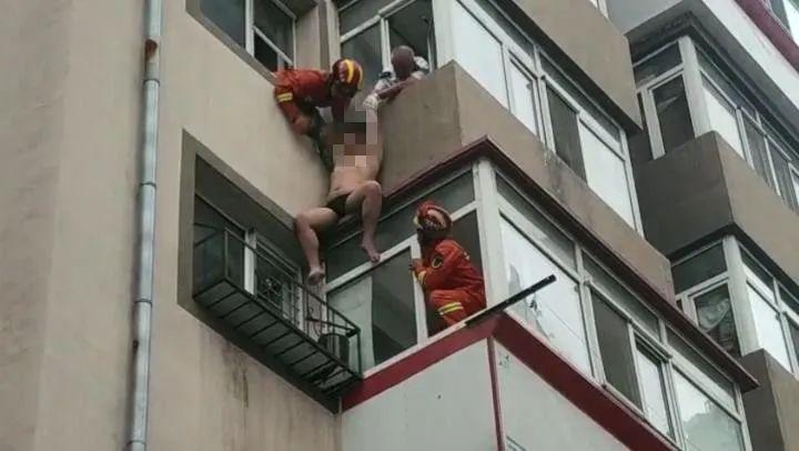 画面惊心!15岁少年和母亲争吵后跳楼轻生,直接卡在阳台间… 2021-08-03 13:11·北青网 今天一早,小坊看到一个新闻,心都提到了嗓子眼。  7月31日14时37分,哈尔滨市消防救援支队接到