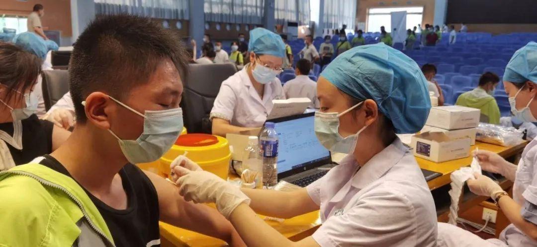 四川德阳市直属学校首批3200名12-17周岁学生接种疫苗