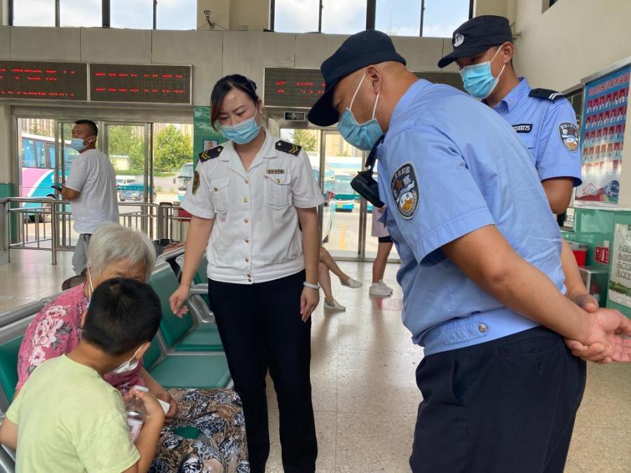 旅游旺季旅客增多 青岛汽车站接连上演暖心一幕