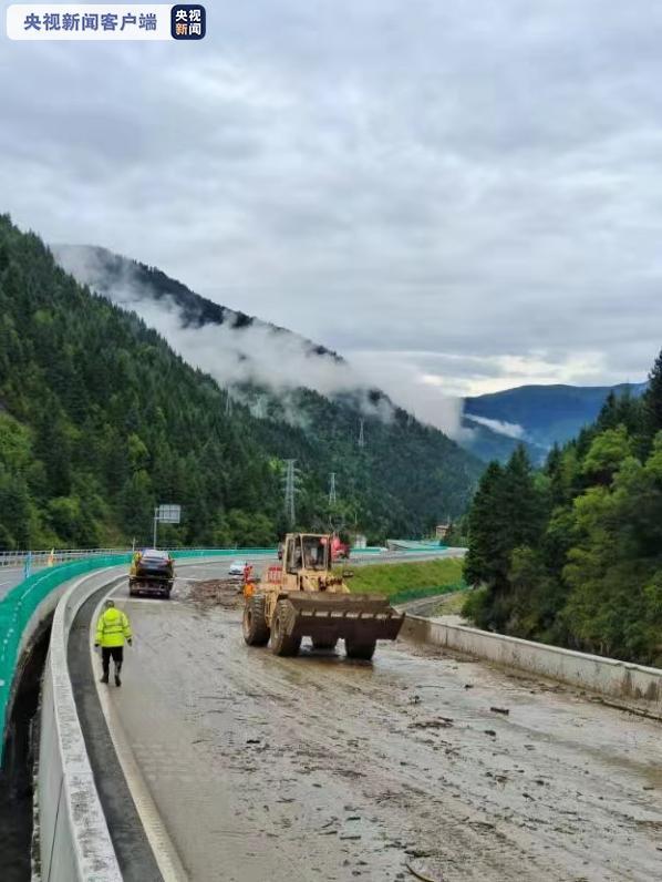 汶马高速突发泥石流 部分路段实施交通管制