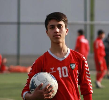 阿富汗19岁国足扒美军机坠亡 官方:他本想去寻找美好未来