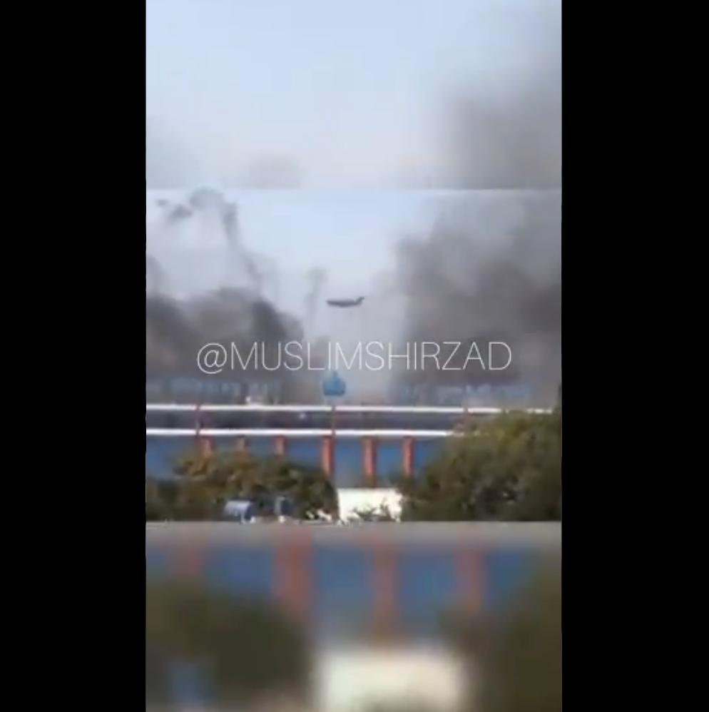 阿富汗喀布尔机场被曝遇袭发生火灾 多段视频可见浓烟四起