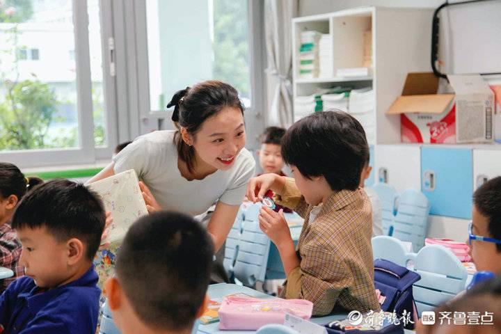 """开学啦!山东省实验小学一年级""""小萌新""""雨中入学"""