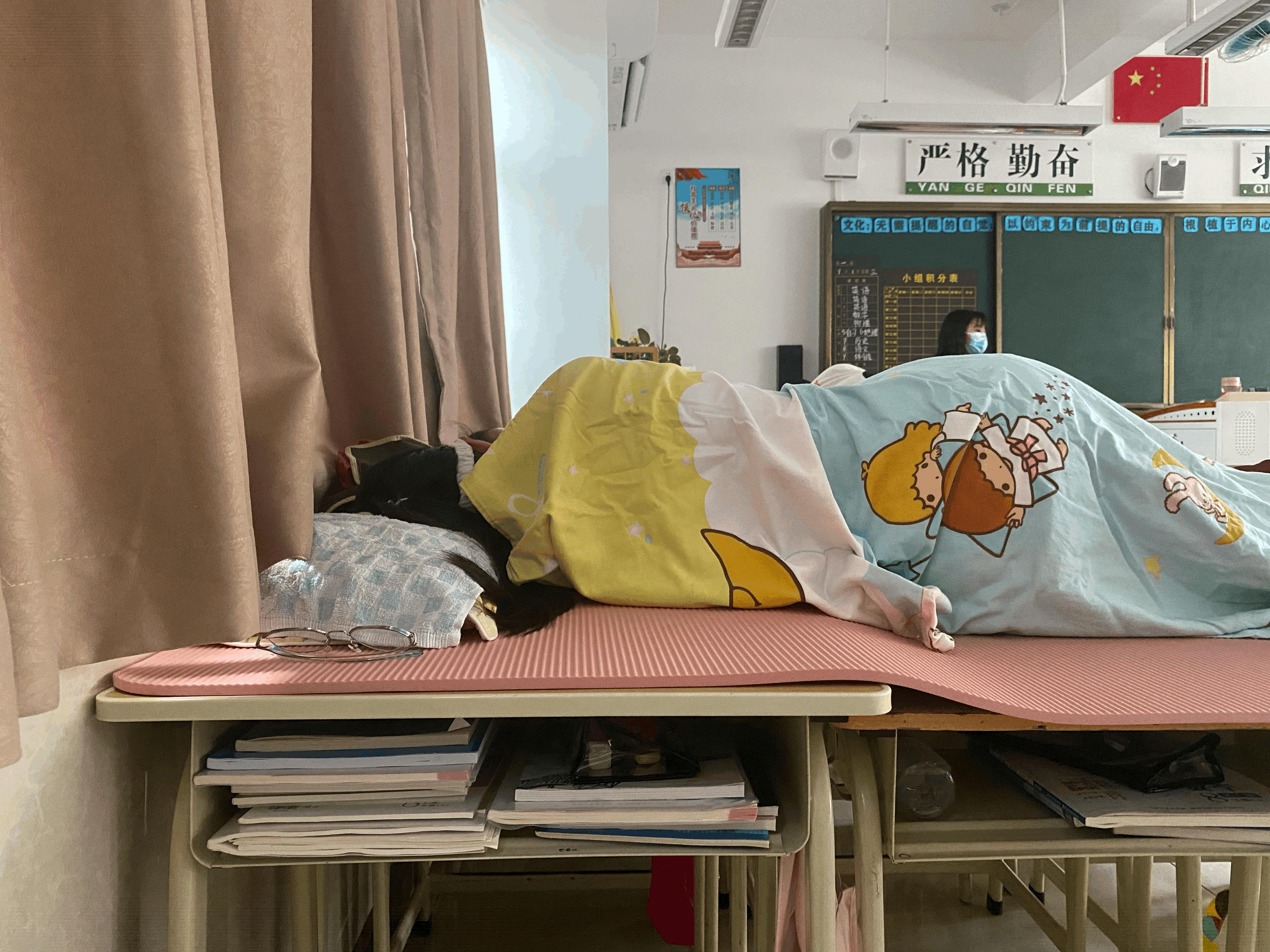 """广州市第五中学改造课室""""躺着午睡""""!老师:已延续十多年"""