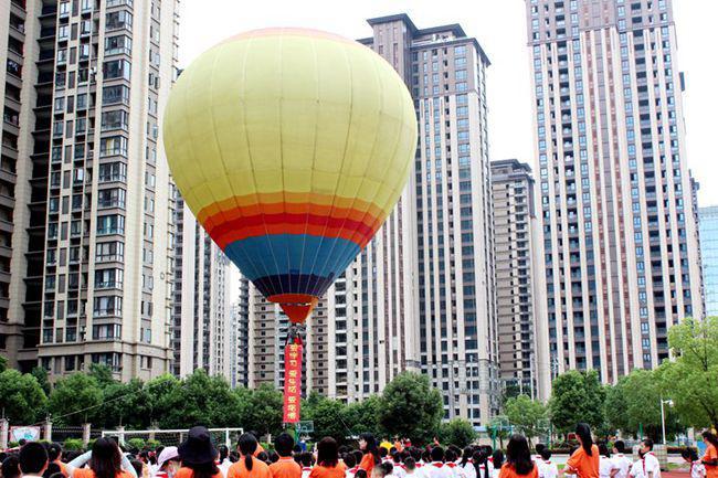 """福建一小学开学典礼""""空降""""热气球校方:为孩子带来创意感,活动免费且安全"""