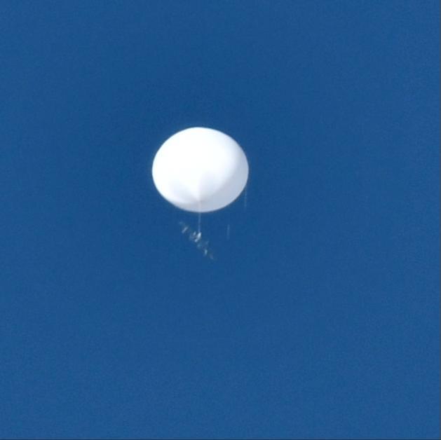 日本上空再现神秘白球:浮在空中不动 坠着未知物体