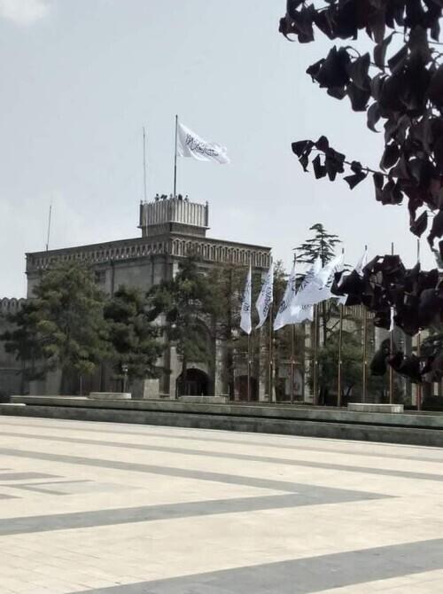 阿富汗前总统府外升起塔利班旗帜