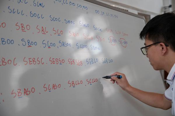 练这项运动,上海宝山这所中学的孩子打破世界纪录,学习成绩还名列前茅……