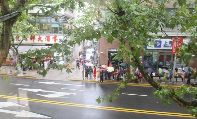 刮台风也阻止不了上海人民排队买鲜肉月饼…