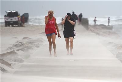 """飓风""""尼古拉斯""""登陆美国得州"""