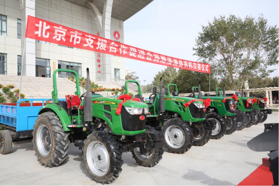 北京赠送的拖拉机,开进新疆的农地里