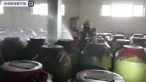 地震致泸州一酒企200余吨白酒泄漏(消防员正在紧急处理)