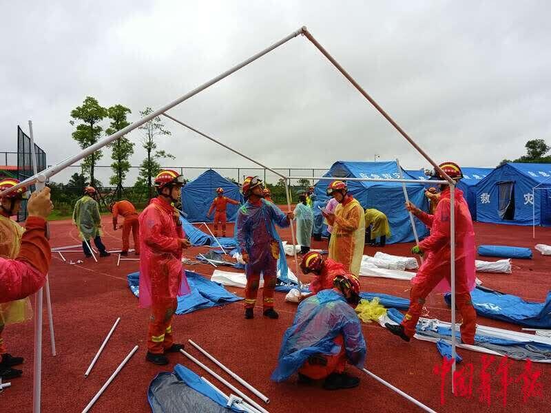 泸县地震后8个小时受灾群众终于吃上了热饭