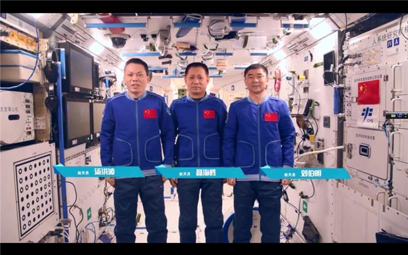 """新""""太空出差三人组""""国庆启航,将有一名女航天员"""