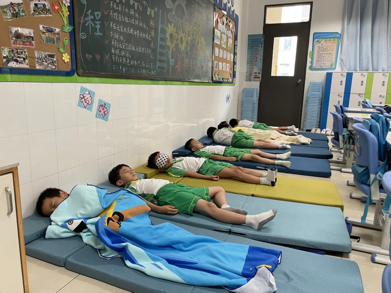 从趴着睡到平躺睡,广州番禺这所学校用心做好课后服务