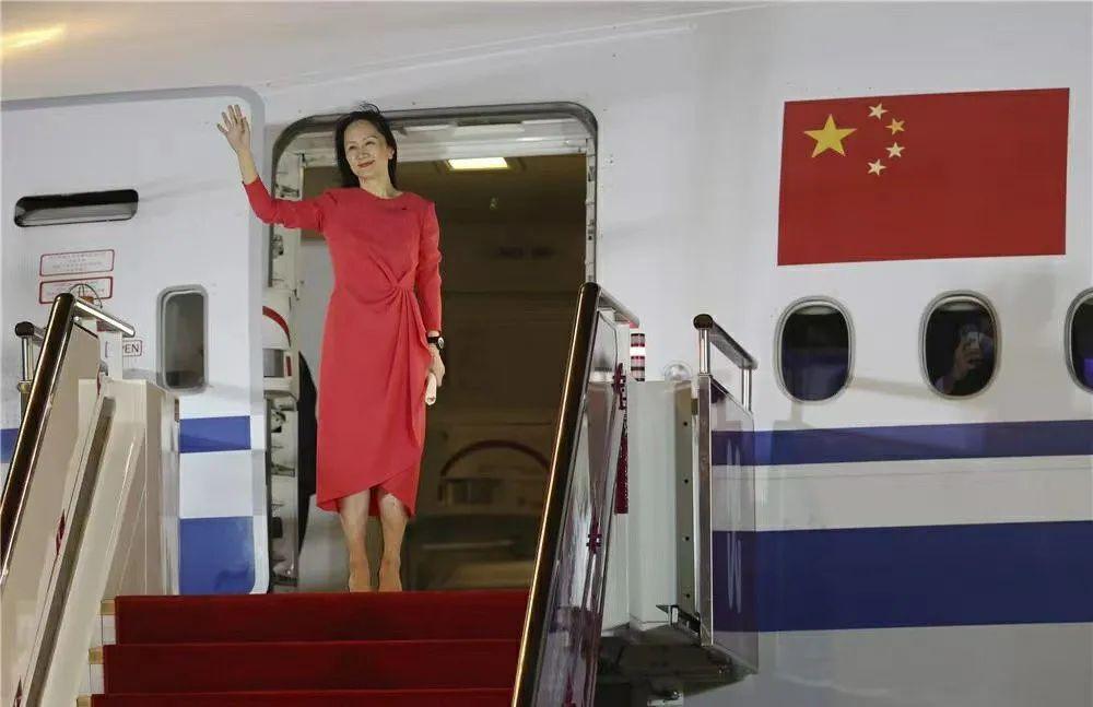孟晚舟身披红衣走下飞机舷梯 平安到家!孟晚舟一袭红裙走下飞机,现场哽咽发言