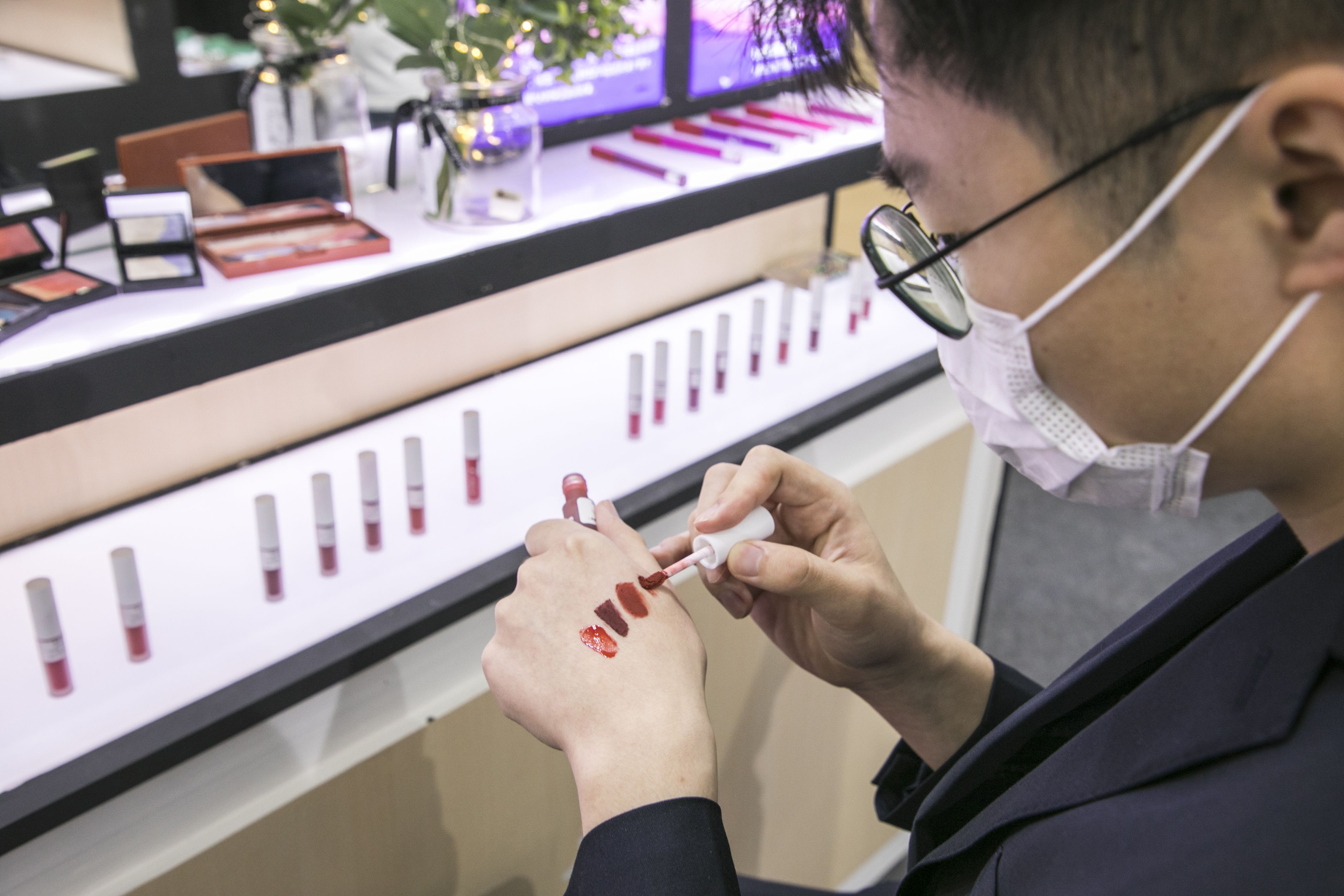 借势互联网崛起的国潮彩妆,线下开店才是最终归宿?