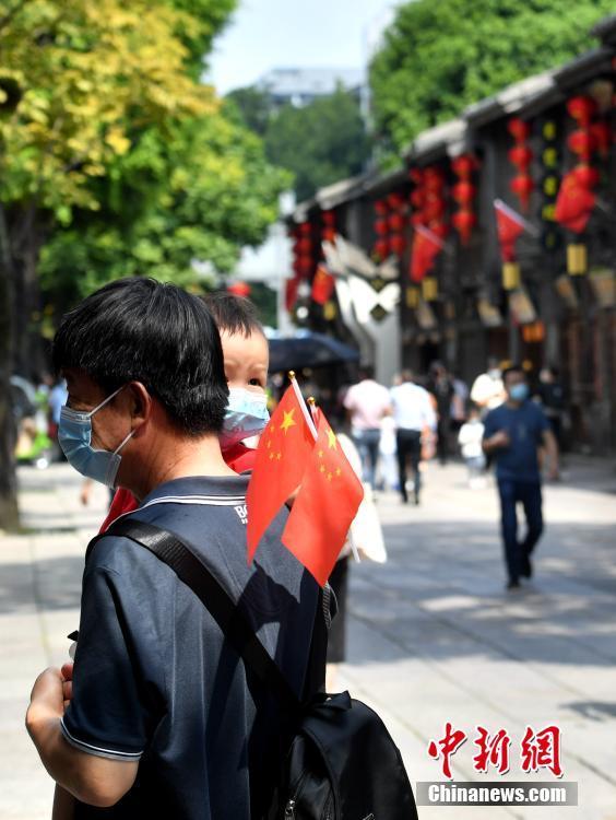 国庆假期首日 民众游览杭州西湖