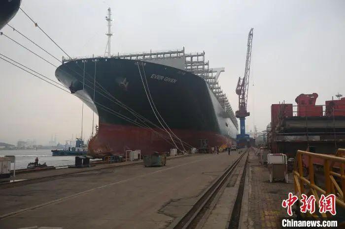 苏伊士运河搁浅巨轮抵达青岛维修曾造成苏伊士运河堵塞6天