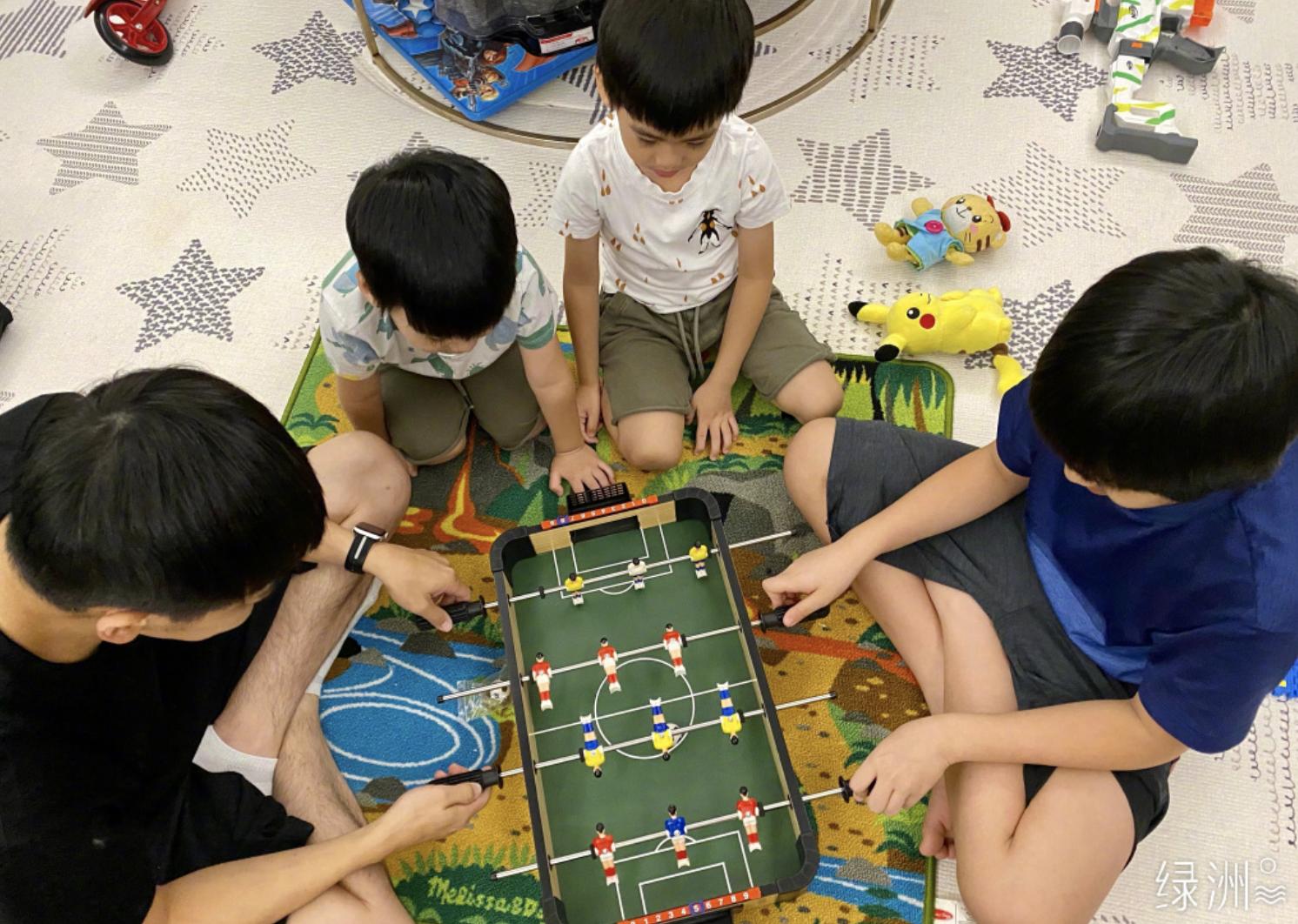 林志穎曬4歲雙胞胎兒子學漢字,雙子星寫複雜的繁體字,字跡工整