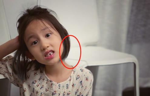 黄磊4岁儿子正脸首曝光!一脸呆萌留着寸头,穿破洞裤打扮潮流