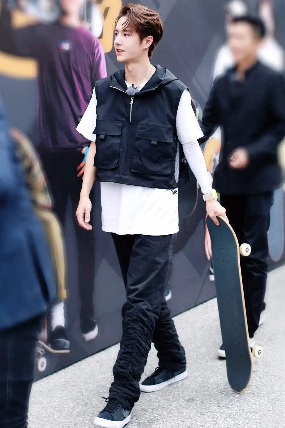 王一博录完《华彩少年》,又录天天向上,忙得滑板都不带了
