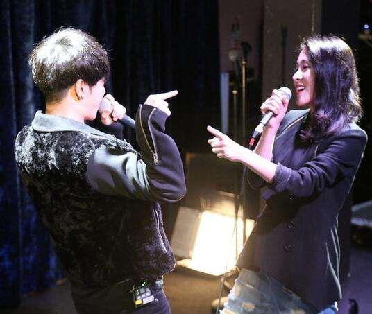 华晨宇和张�K碧晨都没结婚,将在无婚姻状况下抚养女儿,一起成长