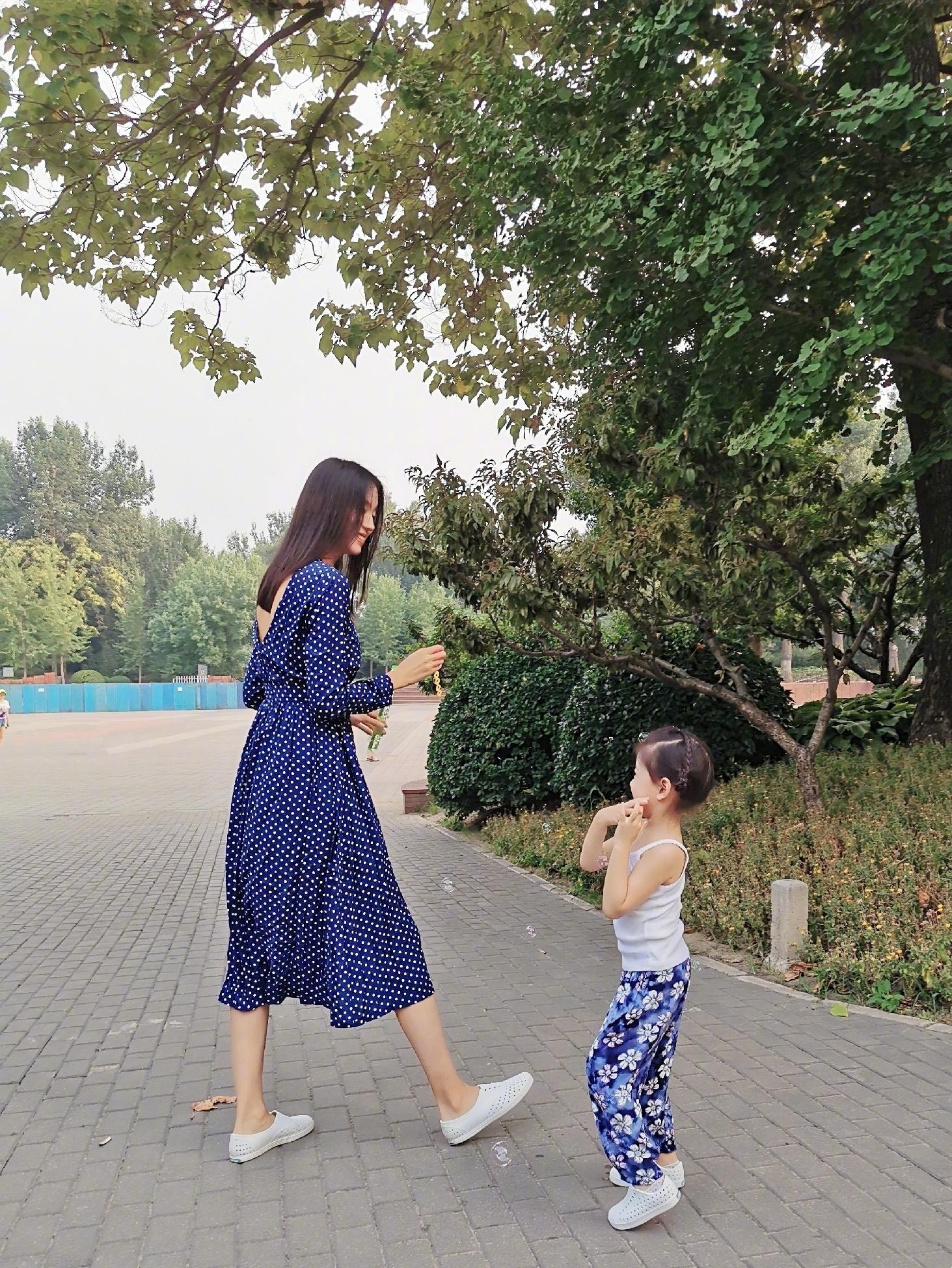 张梓琳晒女儿绘画作品,官宣已怀二胎:一只小小长颈鹿在路上