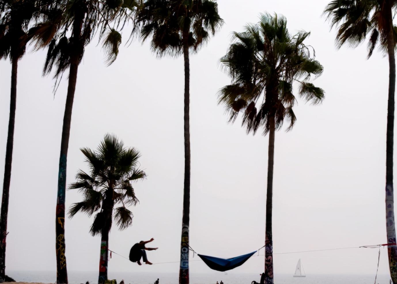 悲剧了!美国女躺在海滩上晒太阳睡着,谁料竟被拖拉机活活碾死