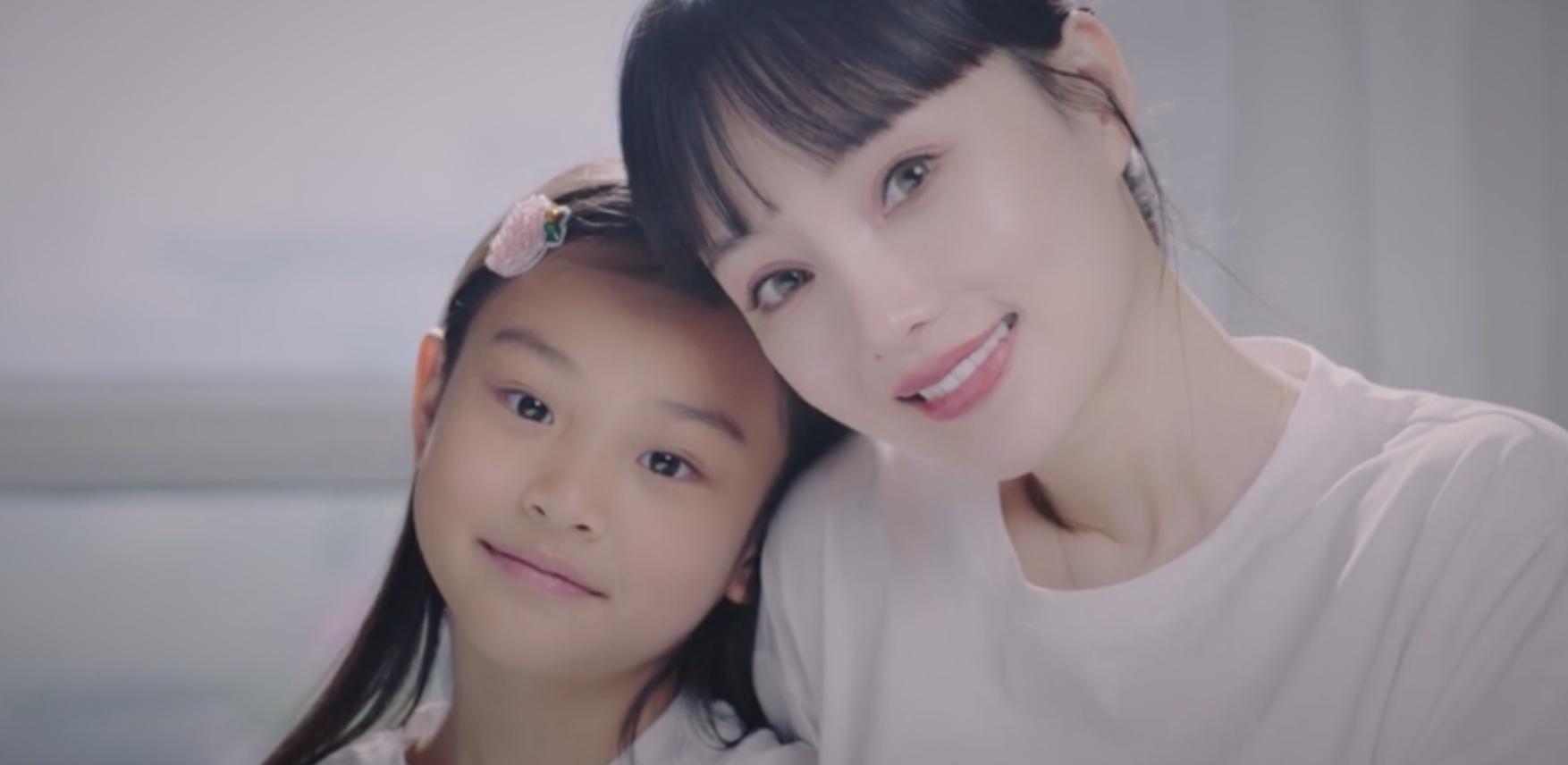 李小璐母親節曬母女視頻,各種風格切換,甜馨身高直逼媽媽肩膀