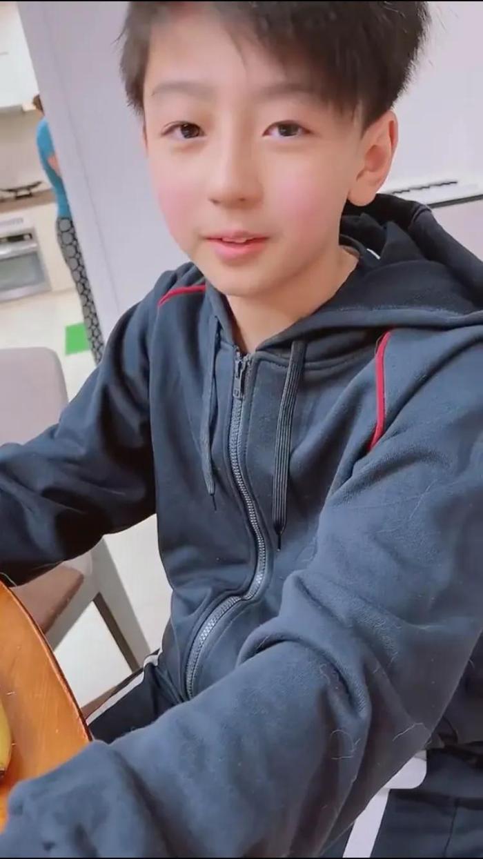 张柏芝晒早年和二儿子互动视频,小Q分享自己掉牙趣事,太逗了