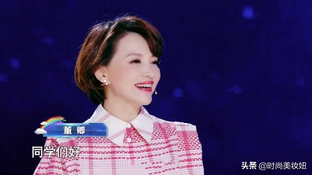 45岁董卿真优雅,粉色衬衫配白色半裙录节目,刘海短发很减龄