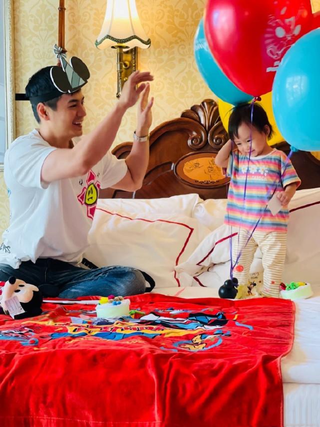 杨怡罗仲谦互庆生日,晒一家三口温馨日常,1岁女儿颜值高像爸爸