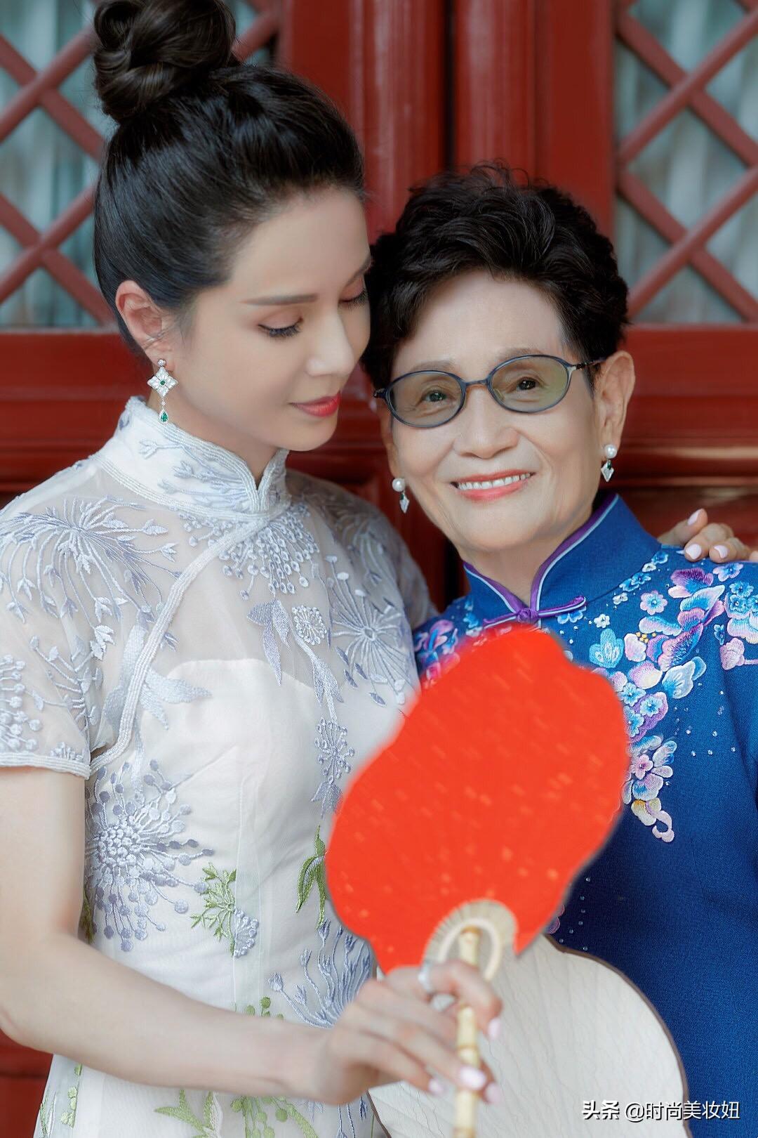 小龙女李若彤与妈妈同框,穿旗袍拿扇子很古典,妈妈气质也不输