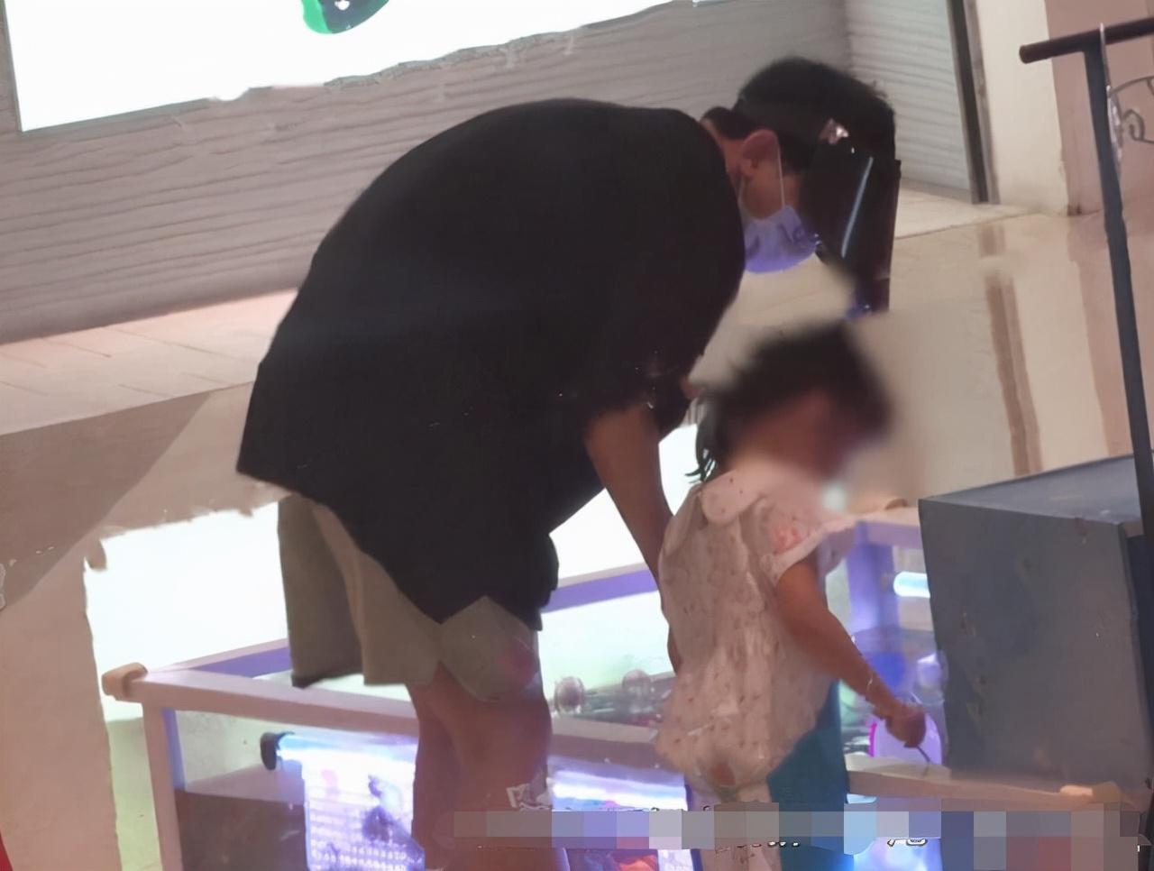 张杰谢娜带双胞胎逛商场,夫妻十指紧扣好甜,女儿可爱打扮像谢娜