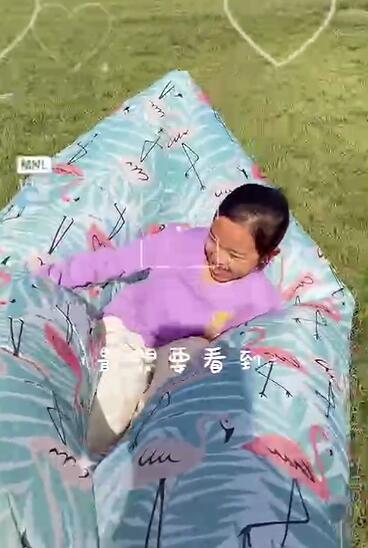 【李小璐帶甜馨春游】女兒衛衣不到200塊網友吐槽為什么不上學