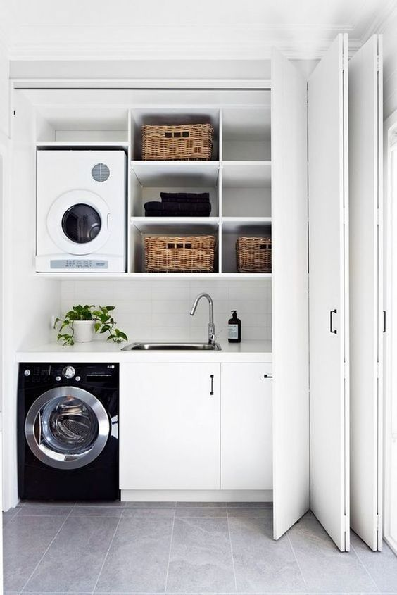 好好的洗衣机,到我家反倒成了累赘,一洗衣服就往外跑,头疼